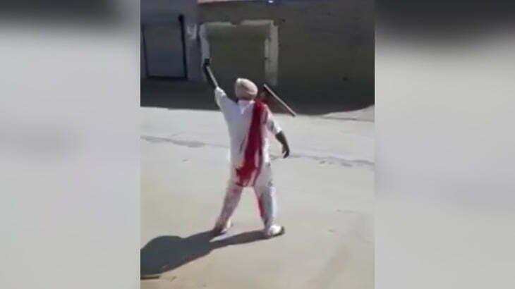 鍬が右肩に突き刺さったままめっちゃ歩き回る男の映像。