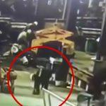 【衝撃映像】人間UFOキャッチャーされてしまった工場作業員。