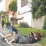 襲いかかってきたピットブルを銃で追い払う男性の映像。