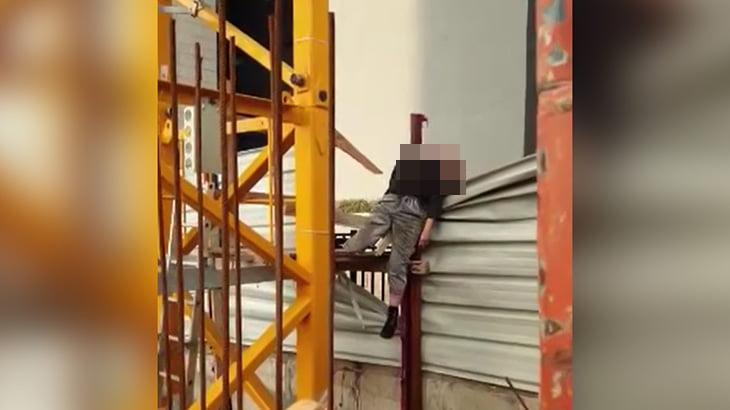 【閲覧注意】飛び降り自殺した男性、串刺しになってしまったグロ動画。
