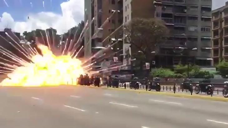 【衝撃映像】何台もの警察官のバイクが爆発で吹き飛ばされる → なぜか歓声が上がる映像。