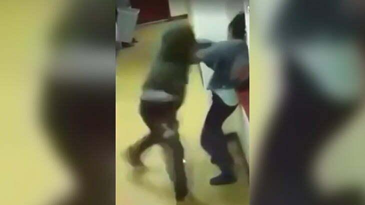 3人の女の子をフルスイングで殴りまくる男の映像。