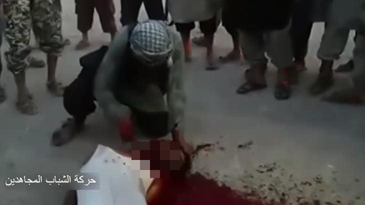 【閲覧注意】マチェーテで首を切断される男性のグロ動画。