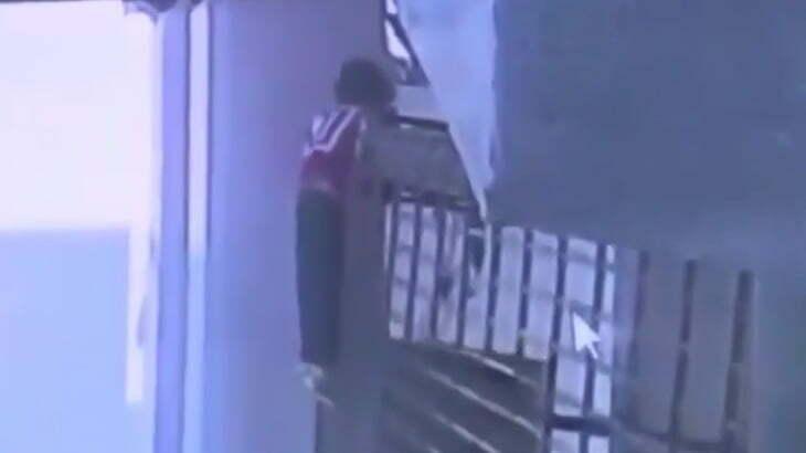 動き出したガレージに巻き込まれて死んでしまった男の子の映像。