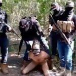 【閲覧注意】全裸にした男性の首を切断して殺すグロ動画。
