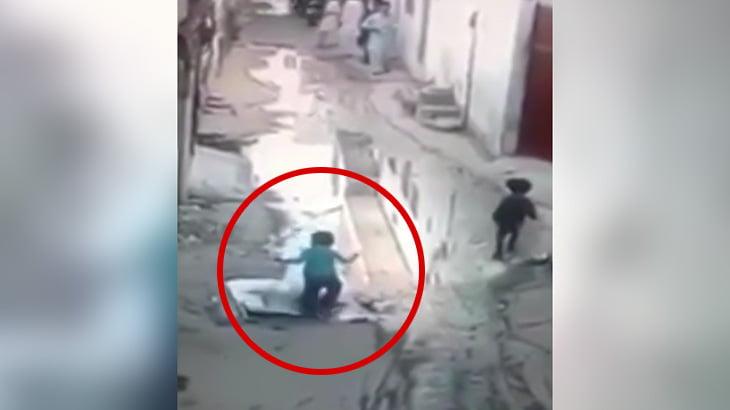 幼い男の子が水が張られた穴に落ちて溺れてしまう映像。