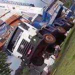 【衝撃映像】船を持ち上げたクレーン車、重さに耐えきれず垂直に立ち上がってしまうアクシデント。