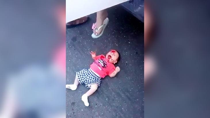 【閲覧注意】銃撃された2人の女性、少年と赤ちゃんを残して死んでしまった映像。