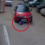 【閲覧注意】車から降ろした幼い子どもを何故か轢いてしまうドライバーの映像。