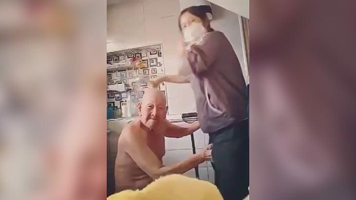 介護士の女性の身体をまさぐりまくるドスケベお爺ちゃんの映像。