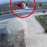 【衝撃映像】横転した車から空高く放り出されてしまった男性と幼い子どもの映像。