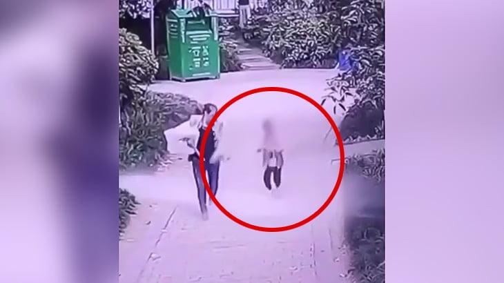 【衝撃映像】とつぜん空から降ってきたコンクリート片が頭にぶつかって死亡した男の子。