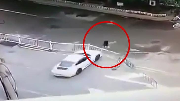 【衝撃映像】車で女性を轢き殺そうとするイカれたドライバー。
