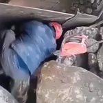 大きな岩を砕く破砕機に巻き込まれてしまった作業員。