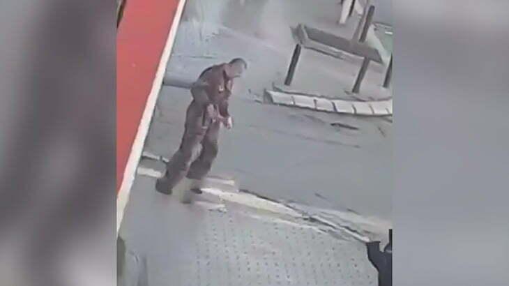 ナイフを持った男が警察官の目の前で自分の首を切ってしまう映像。