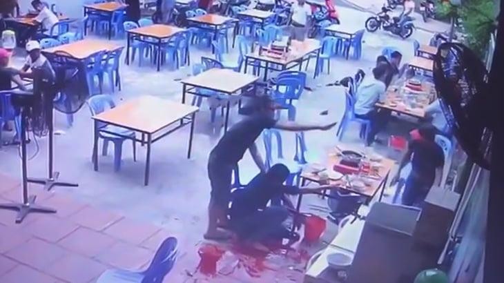 一緒に食事をしていた相手に突然ナイフで首を刺されてしまう男性。