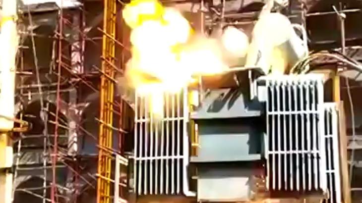 【衝撃映像】群衆の静止も虚しく高圧線に触れて自殺する男。