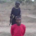 【閲覧注意】キリスト教徒の男性を処刑するISISの少年兵士。