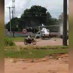 【衝撃映像】道路に着陸した警察のヘリ、プロペラがトラックに触れて粉砕されてしまう・・・。