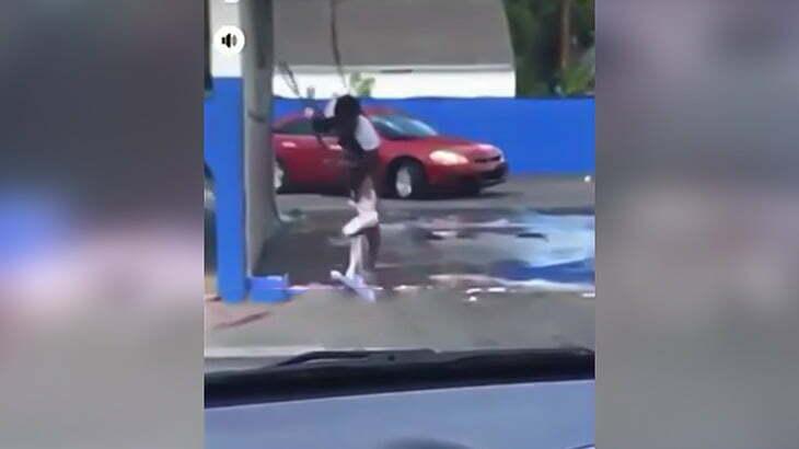 洗車場で下半身を洗いまくる黒人女性。