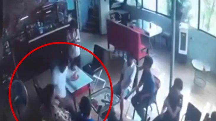 【衝撃映像】隣に座った男に突然ナイフで左胸を刺されてしまう男性。