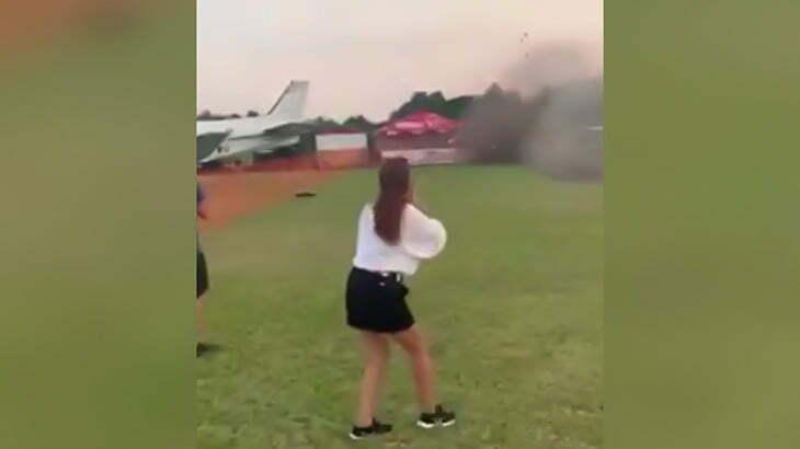 【衝撃映像】航空ショーにて猛スピードで墜落した飛行機に轢かれて2人が死亡した瞬間。