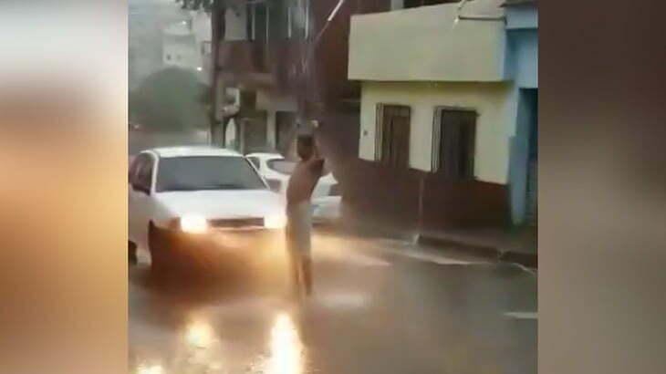 雨をシャワー代わりに身体を洗う男、車に轢かれてしまう・・・。