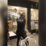 【衝撃映像】ナイフを持って暴れるイカれた男に何発も銃弾を撃ち込む警察官。