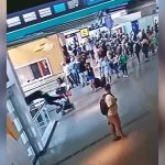 空港内を歩いていた男、突然走り出して飛び降り自殺してしまう・・・。