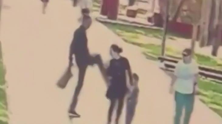 無差別に複数人の女性を蹴りまくるイカれた男の映像。
