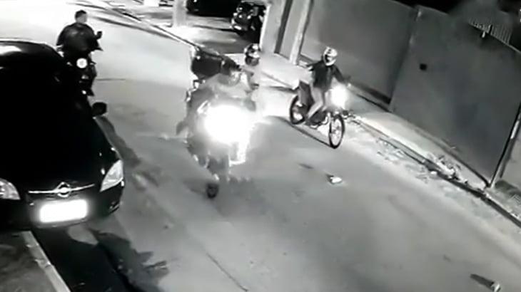 【衝撃映像】2人乗りバイクの強盗、非番の警察官に射殺されてしまう。
