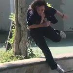 キックボードでトリック決めようとした男性、失敗して首がグニャッと曲がってしまう映像。
