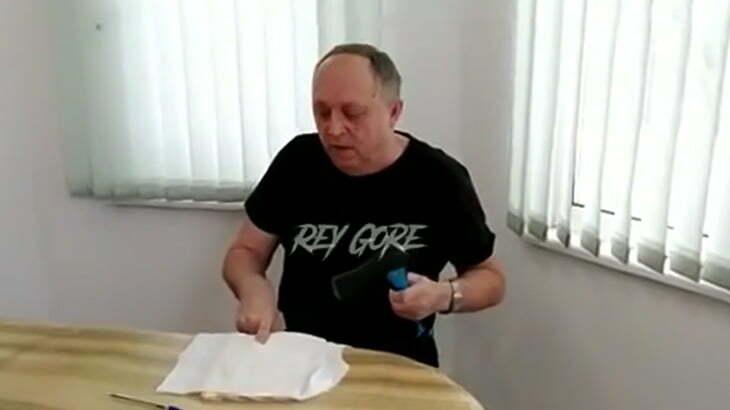 【閲覧注意】抗議するために自分の指を斧で切断できるとかヤバすぎるだろ・・・。