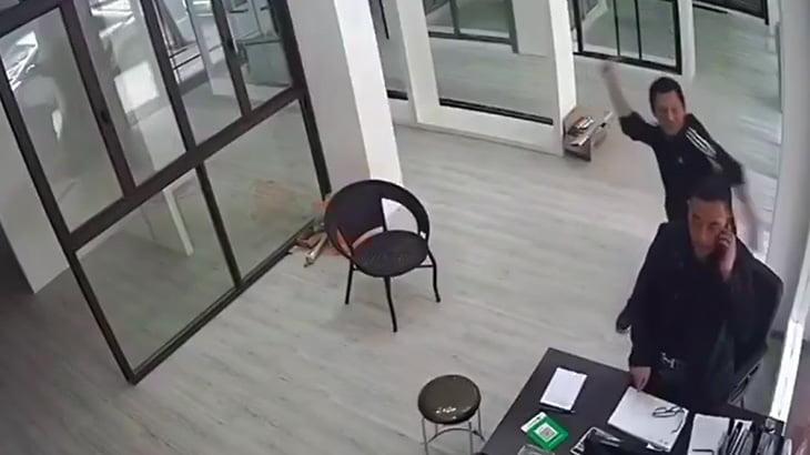 【衝撃映像】男性の頭をハンマーで6回殴って殺してしまう男。