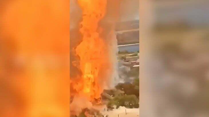 ガソリンスタンドが大爆発する瞬間の映像。