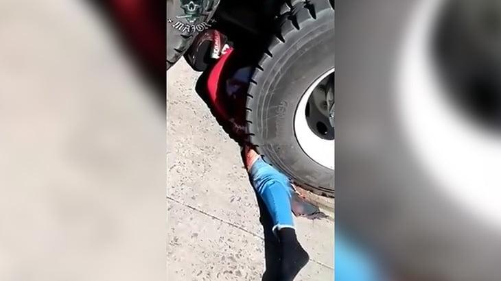 【閲覧注意】セメントトラックに轢かれて死亡した男性の肉片が飛び散るグロ動画。
