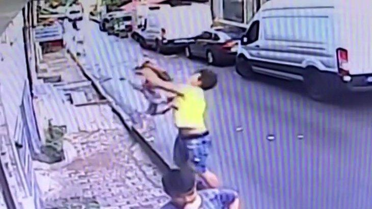 アパートの窓から落下した女の子をナイスキャッチして救出する男性の映像。
