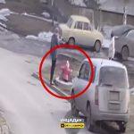 マンホールの蓋の上を飛び跳ねて遊んでいた女の子、突然蓋が外れて落下してしまう映像。