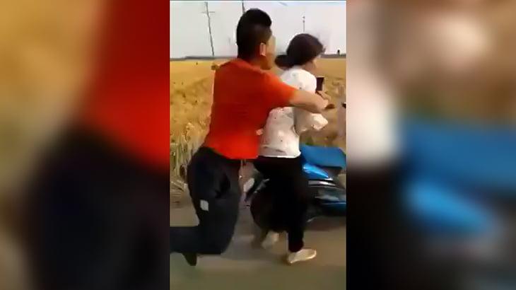 口論相手の女性を突然ナイフで刺し始めるイカれた男の映像。