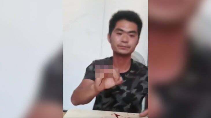 【閲覧注意】右手の小指と薬指を包丁で叩き切ってドヤる男の映像。