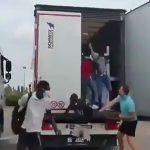 トラックの荷台に忍び込んで不法入国しようとしていた難民たちの映像。