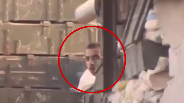 【閲覧注意】スナイパーにヘッドショットされて顔がグニャンと歪むグロ動画。
