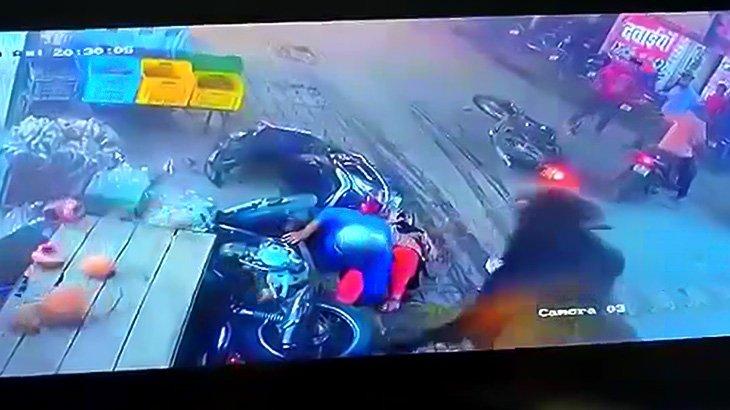 暴走する牛に突き飛ばされて赤ちゃんが死んでしまった映像。