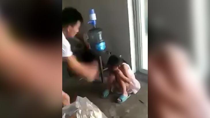 まだ幼い娘を木の棒で思いっきりブッ叩くクズ父親の映像。