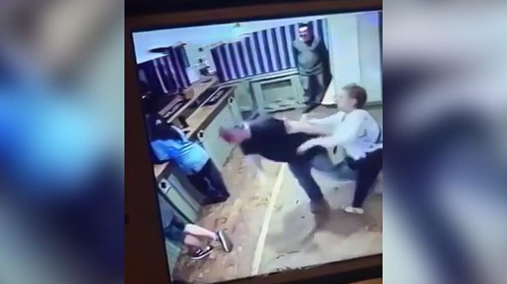 不倫してた夫の顔面に頭突きして殴りまくる妻の映像。