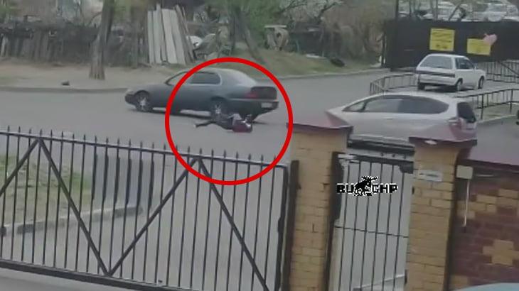 道路に飛び出した男の子が車に2回轢かれてしまう事故映像。