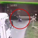 バイクを停止することができず列車に突っ込んで轢かれてしまう映像。