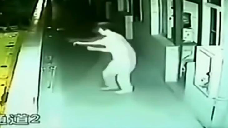 寝ていた男性が突然飛び降り自殺してしまう映像。
