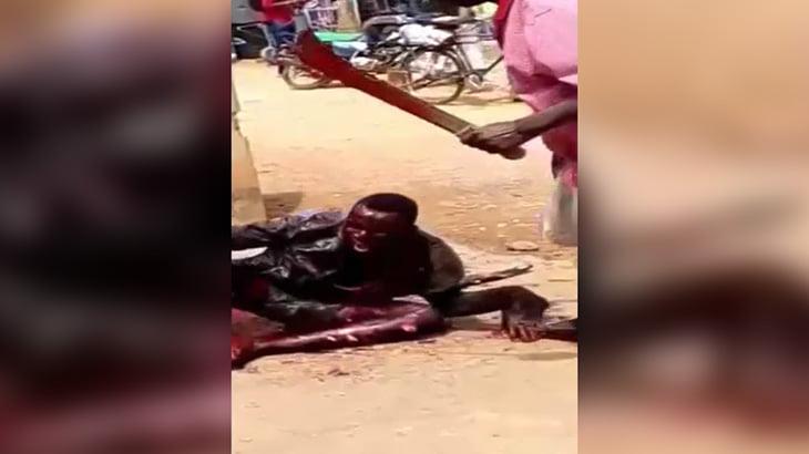 【閲覧注意】捕まった泥棒の男がマチェーテで身体を切り刻まれてしまうグロ動画。