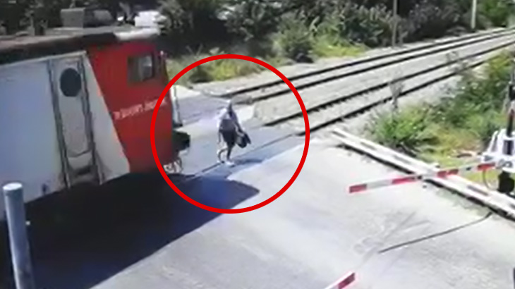 【閲覧注意】列車に轢かれたおじいちゃんの身体から血しぶきが舞う事故映像。